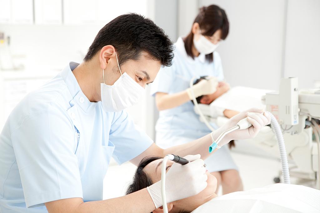 インプラント治療を受ける歯科医の選び方!基準やポイントを解説